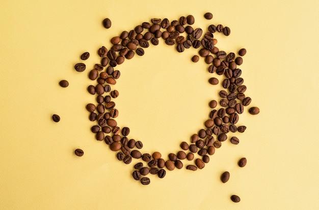 テキストの下の場所で黄色の円のコーヒー豆