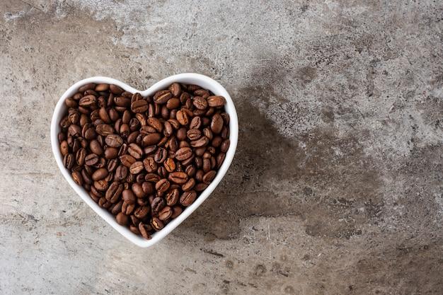 구체적인 배경에 컵 마음에 커피 콩