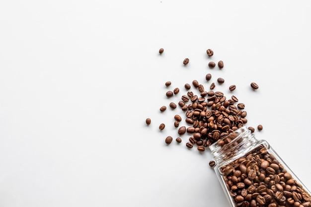 分離されたガラス瓶の中のコーヒー豆