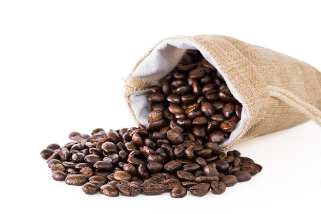 Кофе в зернах в мешке.