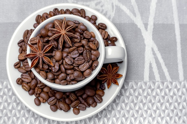 Кофе в зернах в белой чашке с анисом