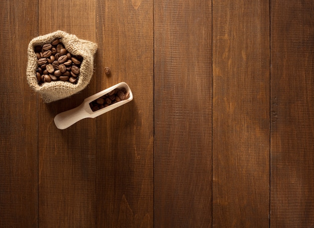 Кофейные зерна в сумке на деревянном
