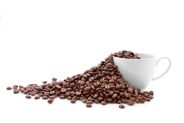 白で隔離されるコーヒーカップのコーヒー豆