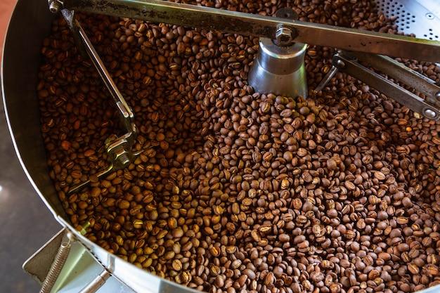 커피 로스팅 기계의 커피 콩 프리미엄 사진