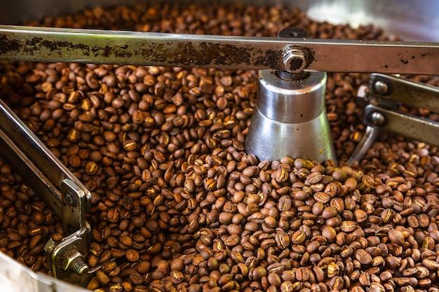 Кофе в зернах в машинах для обжарки кофе