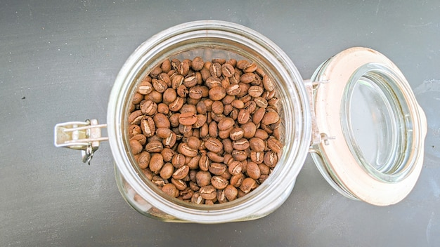 상위 뷰에서 유리 항아리에 커피 콩