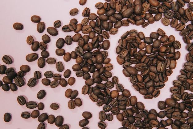 ピンクのハート型のコーヒー豆