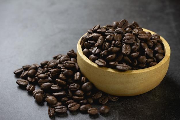 テーブルの上のボウルにコーヒー豆