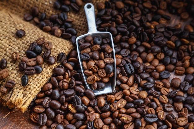 茶色の背景に袋に入ったコーヒー豆