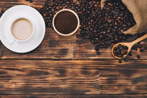 숟가락과 뜨거운 음료 컵에 커피 콩