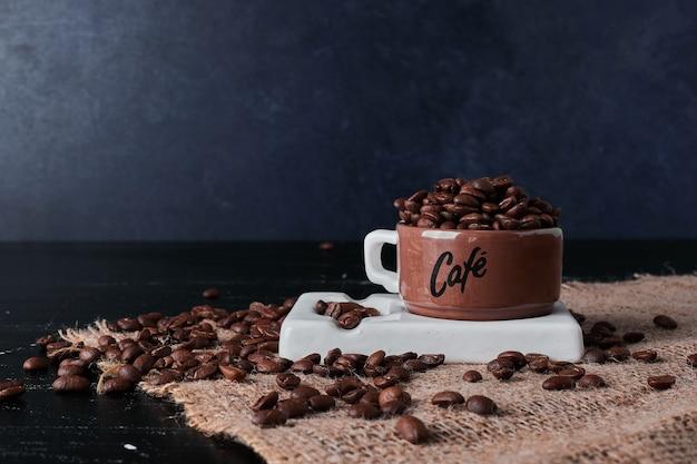 茶色のカップに入ったコーヒー豆。