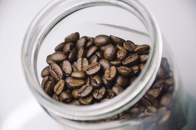 Кофе в зернах в прозрачной стеклянной банке