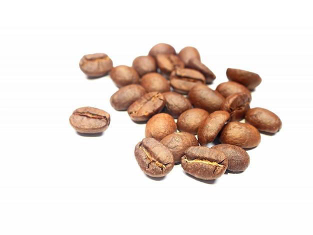커피 콩. 흰 배경에 고립