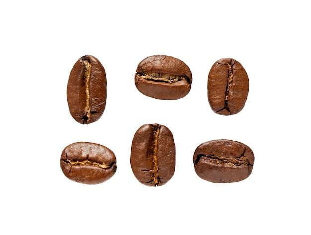 흰색 배경에 고립 된 커피 콩을 닫습니다. 신선한 볶은 커피 세트