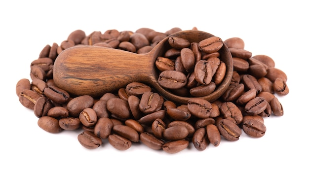 흰색 배경에 고립 된 커피 콩입니다. 나무로되는 숟가락에 볶은 arabica 커피 콩.