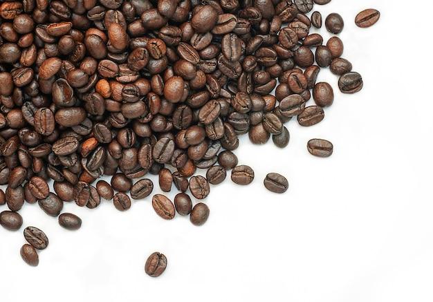 Кофейные зерна, изолированные на белом фоне с копией пространства