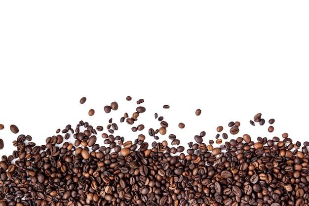 テキストのcopyspaceと白い背景で隔離のコーヒー豆。コーヒーの背景やテクスチャのコンセプト
