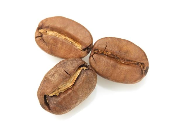 Кофе в зернах, изолированные на белом фоне