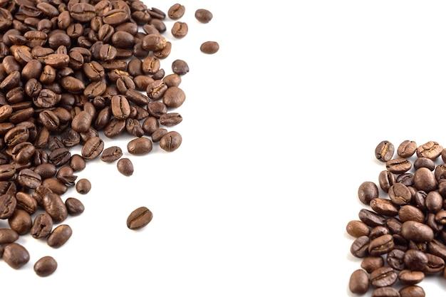 白で隔離されるコーヒー豆