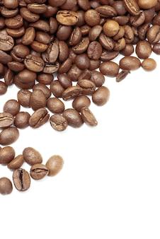 白で分離されたコーヒー豆