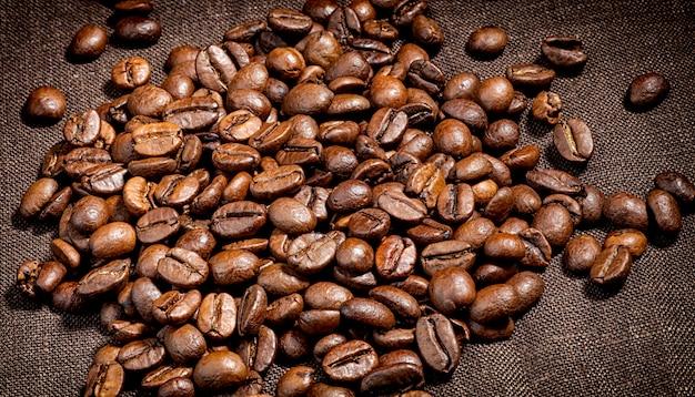 Кофе в зернах на холщовой салфетке, темный, кофе натуральный, еда, холст, крупный план