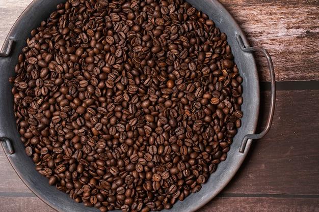 Кофейные зерна на подносе