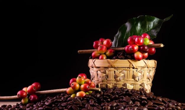 コーヒー豆。木製の表面の回転について
