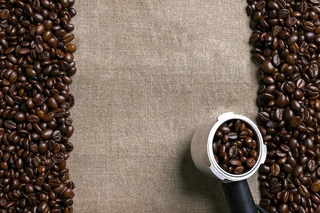 黄麻布の背景にコーヒー豆。上面図。スペースをコピーします。静物。モックアップ。フラットレイ