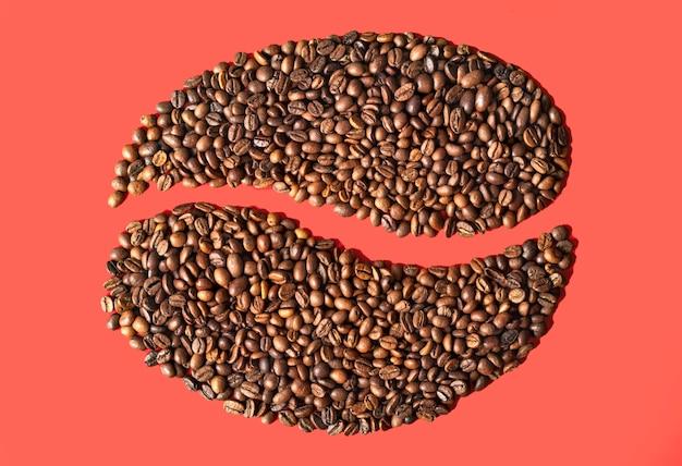 창의적인 분홍색 배경에 커피 콩