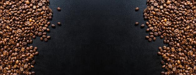 Кофейные зерна на темном фоне. вид сверху. концепция кофе. баннер.