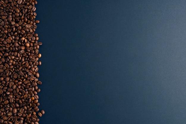 검은 배경에 왼쪽에 커피 콩