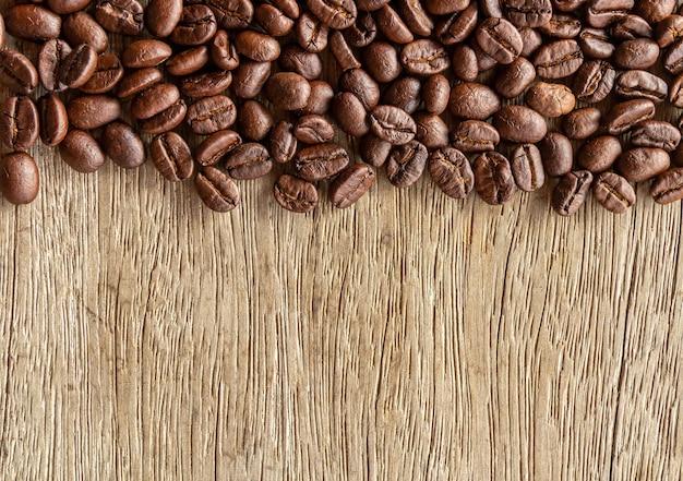 古い木の背景にコーヒー豆