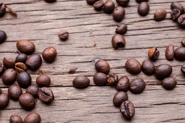 오래 된 나무 바닥 배경에 커피 콩입니다.
