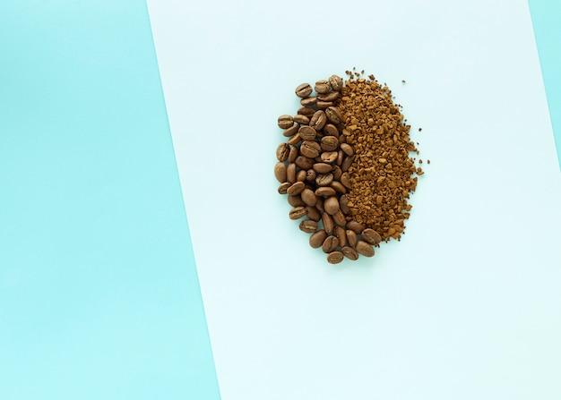 Кофе в зернах на бумажном синем