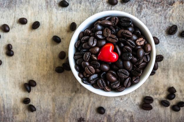 素朴なテーブルの上のコーヒー豆