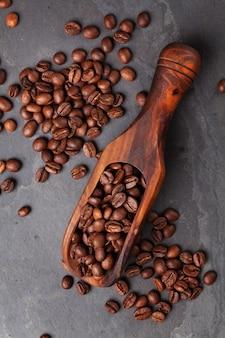 石のテーブルの上のコーヒー豆。上面図