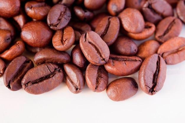 Кофейные зерна на белом столе
