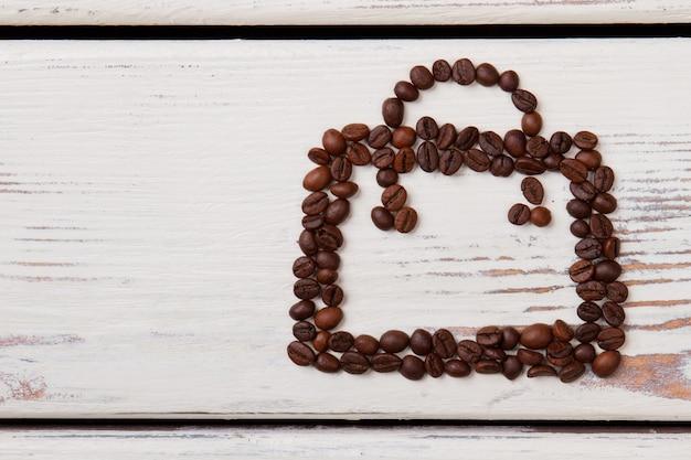 추상적 인 형태로 배열하는 흰색 나무에 커피 콩. 커피 빈 스퀘어