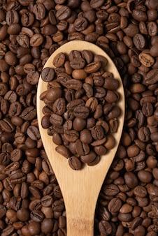 Кофейные зерна на деревянной ложке крупным планом