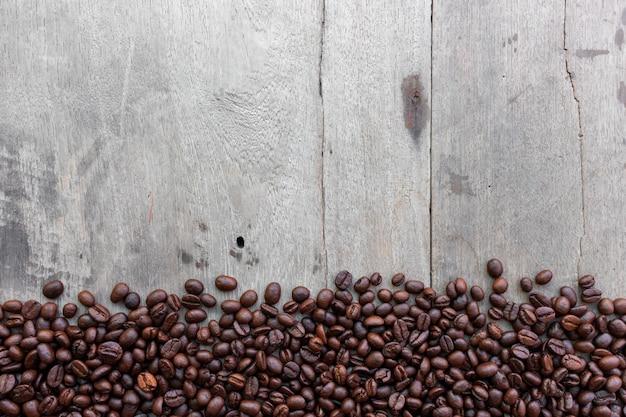木製の表面にコーヒー豆