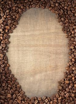 Кофейные зерна на фоне деревянного стола, вид сверху