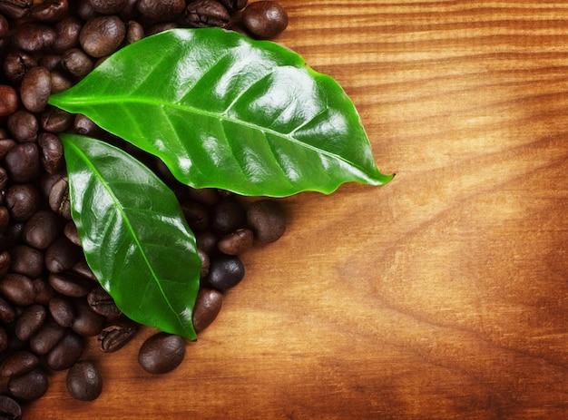 Кофейные зерна по деревянной поверхности