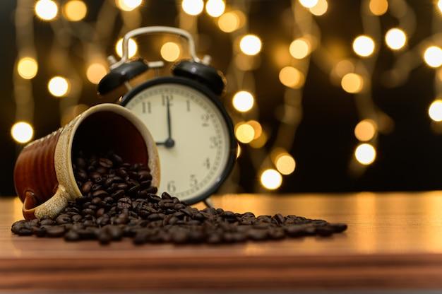 Кофе в зернах на столе оранжевый боке сцена на полу