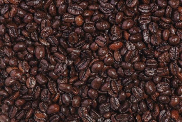 Кофейные зерна. жареный фон кофейных зерен.