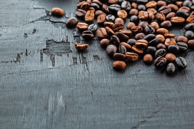 黒の背景に焙煎したコーヒー豆