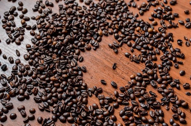Кофейные зерна разбросаны по столу