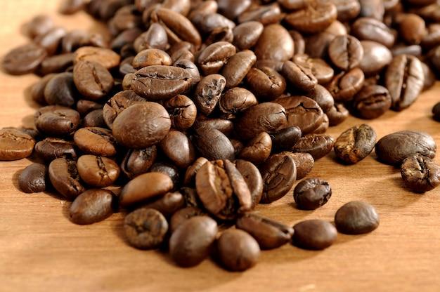 コーヒー豆の木製の背景で撮影