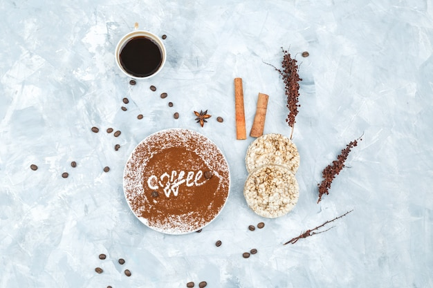 Chicchi di caffè e spezie su sfondo grunge