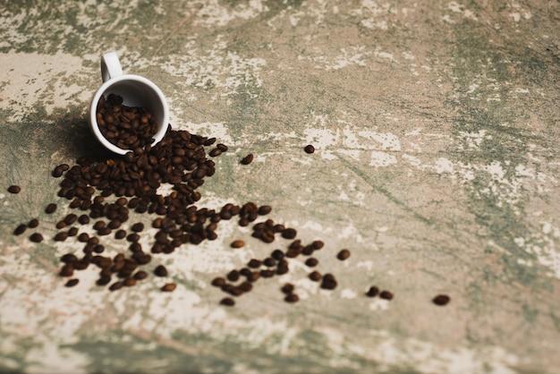 Кофейные бобы, пролитые из чашки