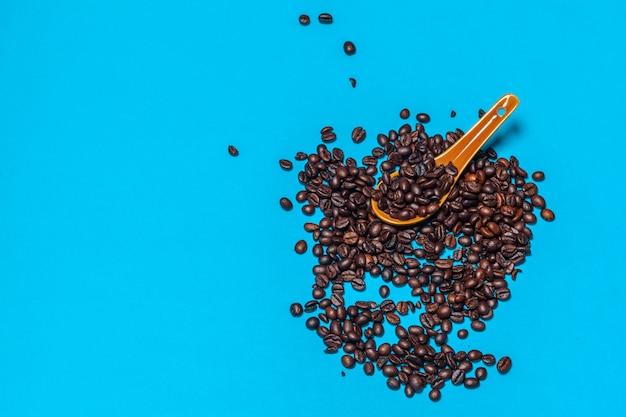Кофе в зернах на ярком синем фоне